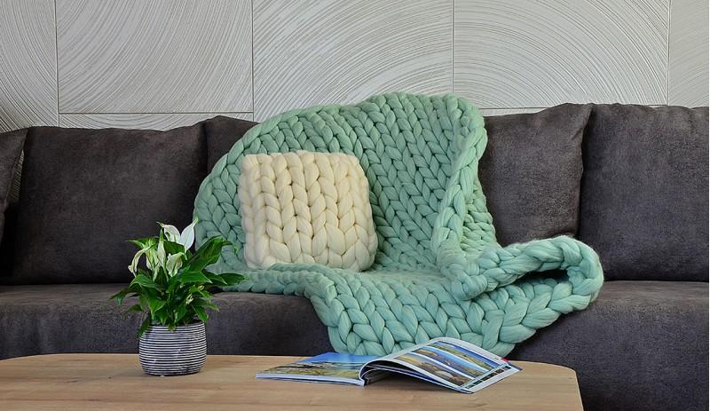 Ръчно изработено одеяло от естествена мериносова вълна в цвят екрю, светло сив, тъмно сив, мента, жълт, корал